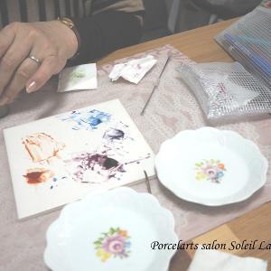【レッスン風景】小花に色を重ねていきます♡ポーセラーツ絵具で描くヨーロピアンチャイナコース