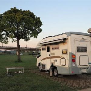 キャンプ場の対岸でのんびり過ごす