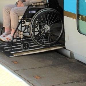 【悲報】車椅子さん「自分たちのおかげで駅にエレベータがあるので、長い列があれば『優先的に乗りますから』と言って一番最初に乗ります」