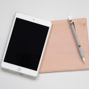 iPad miniのスリーブケースとしてMDノートバッグA5サイズを使っています!ゴートレザーのヌメ革素材で経年変化も【レビュー】