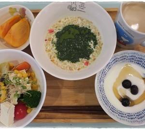(朝)フルグラ (昼)チーズフォンデュ風ハンバーグのお弁当 (夜)スーパーのお惣菜お弁当