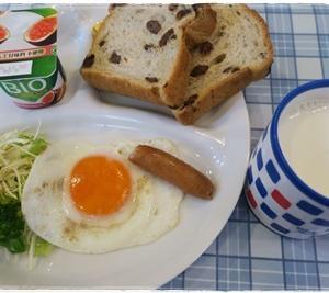 (朝)目玉焼き (昼)カップ麺 (夜)ローソン