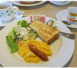 (朝)デニーズ (昼)スーパーのお惣菜 (夜)秋鮭のムニエル