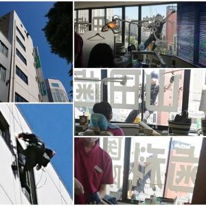 今年もスパイダーマン(2019)診療室の窓にスパイダーマン(笑編)