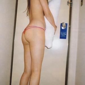 #17 ほぼ裸の後姿が出るとこ出ててかなりエロい♪まくらさえなければ完璧♪