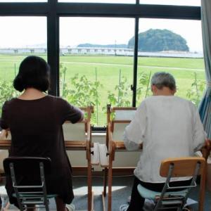 竹島を眺めながら機を織る