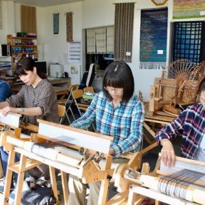 仲良しグループで手織り体験