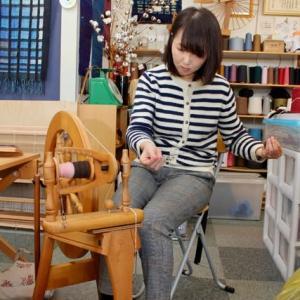 羊毛の手紡ぎを学ぶ
