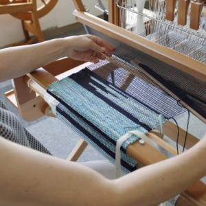 初級10回コースの生徒さんが織っていました