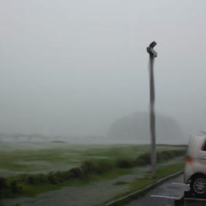 猛烈な豪雨の朝の竹島