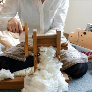 ひとり綿繰り作業の中で修行をする