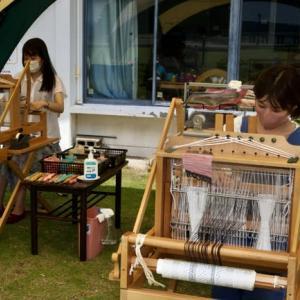 夏の竹島で三河木綿を織る