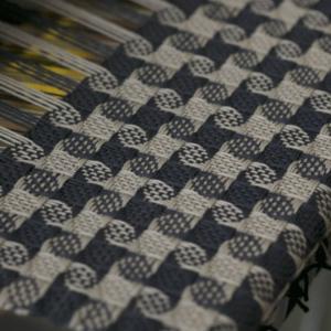 8枚綜絖の千鳥格子が織り出されました