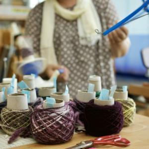 羊毛の手紡ぎ糸で膝掛けを織るわ