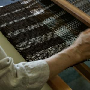 羊毛の手紡ぎ糸を織る