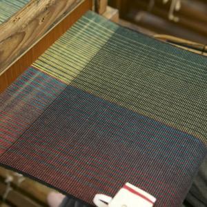 江戸時代の織機で三河木綿のバッグ生地を織る