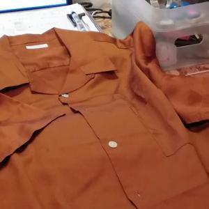 リヨセル100%のオープンカラーシャツのボタンを天然貝製のものにしてみた