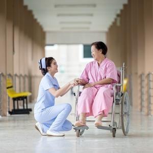 介護施設入居中の高齢者の入院|退院後も施設に戻れる?