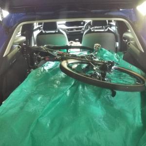 UXの荷室にロードバイクは載るか?