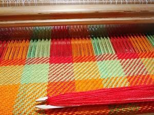 昔染めた糸でブランケットを織っています