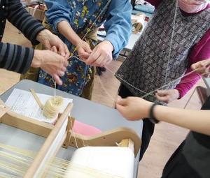 カルチャーセンター手織り教室 絡まった糸を皆で協力してほどいています
