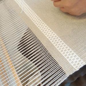 リネンのランチョンマットでラーヌ織りの練習です