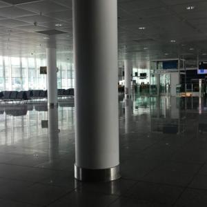 コロナ流行下、がらんどうなミュンヘン空港