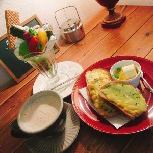 うま!ノスタルジアの絶品抹茶パフェと自家製全粒粉パンのバジルチーズトーストを紹介!