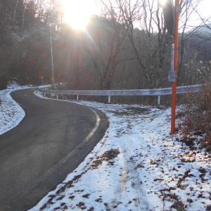 クリニックと雪の峠道