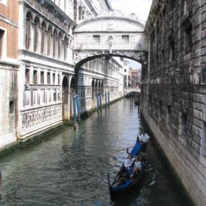 ・ 絵はパスで、 ヴェネツィアの「溜息橋」の下でキスすると、の伝説