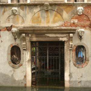 ・ 絵はパスし、  ヴェネツィアの宿  5つの顔の家