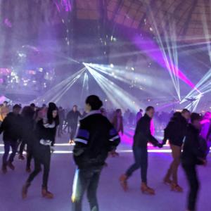 グランパレ内のアイススケートは夜ナイトクラブのように盛り上がります。2019年冬