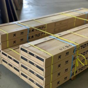 梱包されたフロア材、見えてる板の部分は、フロア材の裏面です。