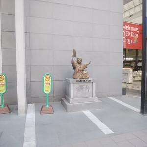 川端商店街入口にある川上音二郎像