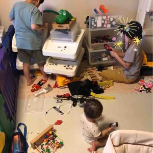 子どもと共におもちゃを整える