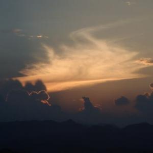 昼が猛暑でも日没時の多摩川土手には涼しい風が吹き渡ります。それに加えて今日は満月が・・・・