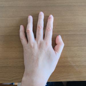 自分の手を観察しています。