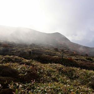 くじゅう、扇ケ鼻と肥前ケ城との谷間の紅葉を見にp7(扇ケ鼻からガスのかかる肥前ケ城)