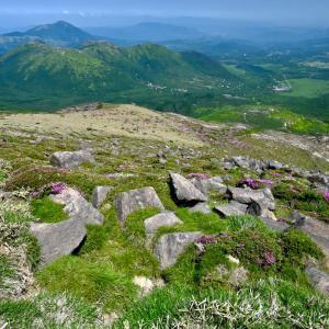 くじゅう星生山の山頂から北側(三俣山方面を俯瞰)