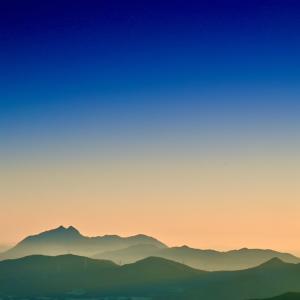 くじゅうの朝から由布岳を俯瞰する