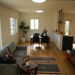 4/10(土) 晴れ 志村住宅の家具セッティングがカッコイイです。