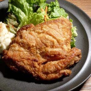 しょうゆと生姜で下味をつけて衣をまぶして揚げ焼きしてオレンジソースでいただく鶏もも肉。