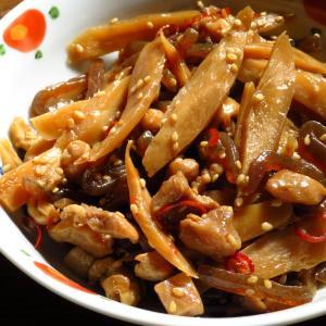 鶏もも肉の切れっ端と、業務スーパーのささがきごぼうの水煮とつきこんにゃくできんぴら。