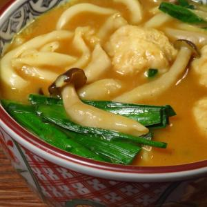 鶏団子とニラに、ぶなしめじを加えて、みかん亭の古奈屋のカレーうどん➖ここに完成か。