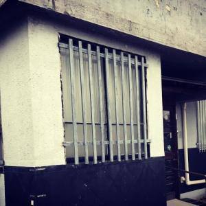 古き街並みでレトロな格子窓を見つけて感嘆する。