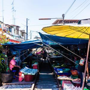 世界中探してもここだけ?アメージングな市場・タイ国鉄メークローン鉄道市場/Maeklong Railway Market