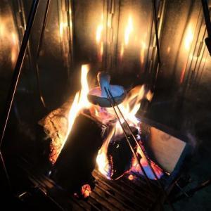 焚火の炎が分身の術!! 大型反射板はあったかい! ~内山牧場で念願の? レインキャンプ(全装備ビショヌレ撤収)~