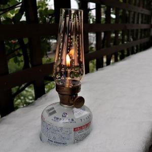 大雪のECO2HOUSE2001東側テラスのカウンターで、インディゴレーベル・ルミエールランタンの暖かい揺らぐ光を…