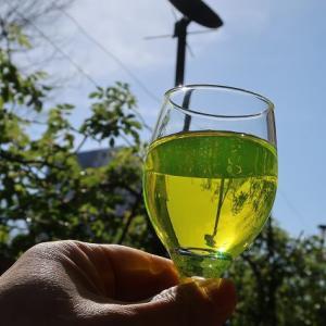 キレイなお飲み物 蛍光インクみたいな「リボフラビン」を飲んで元気を出そう!!