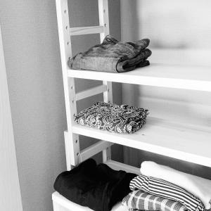 【脱ハンガー収納】クローゼットにベルメゾンのウッドシェルフのススメ。「まだ洗濯しない服」の置き場所ってどうしてますか?